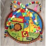Детский развивающий коврик с пластиковыми игрушками.